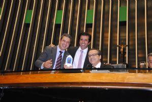 IG: Ricardo Izar oferece imagem de padroeiro dos animais a Henrique Alves
