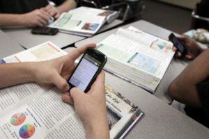 Celular para fins pedagógicos está liberado em escolas estaduais