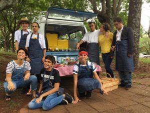 Food truck operado por jovens autistas circula em Brasília.