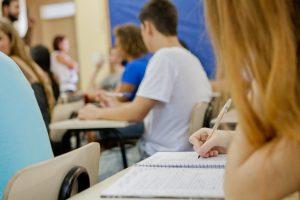 Estudantes brasileiros do ensino médio não aprendem o básico em português e matemática